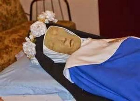The incorrupt, non-decaying body of Mother Mariana after almost 400 years.