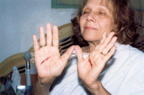 Visionary Maria Esperanza experiences stigmata.
