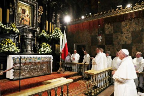 The pope prays before Our Lady of Czestochowa